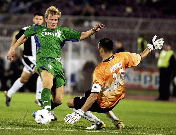 Yuri Cornelisse probeert de bal langs Partizan-doelman Ivica Kralj (oud-PSV) te schuiven.