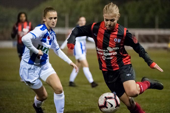 Nikki IJzerman (rechts) aan de bal namens Excelsior Barendrecht in het duel met SC Heerenveen. De Papendrechtse is één van de lichtpuntjes bij de eredivisionist.