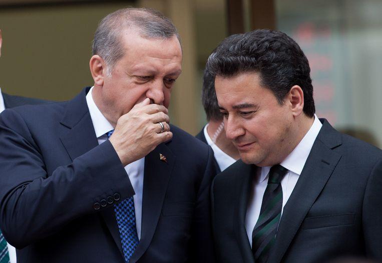 President Erdogan (links) en Ali Babacan in 2015, toen het nog koek en ei was tussen de twee. Beeld EPA