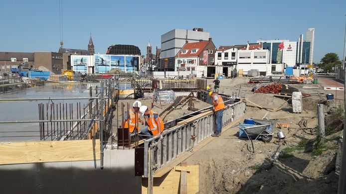 Appartementencomplex De Kampanje met bibliotheek en horecavoorziening in aanbouw op de Kop van de Noordstraat in Terneuzen.