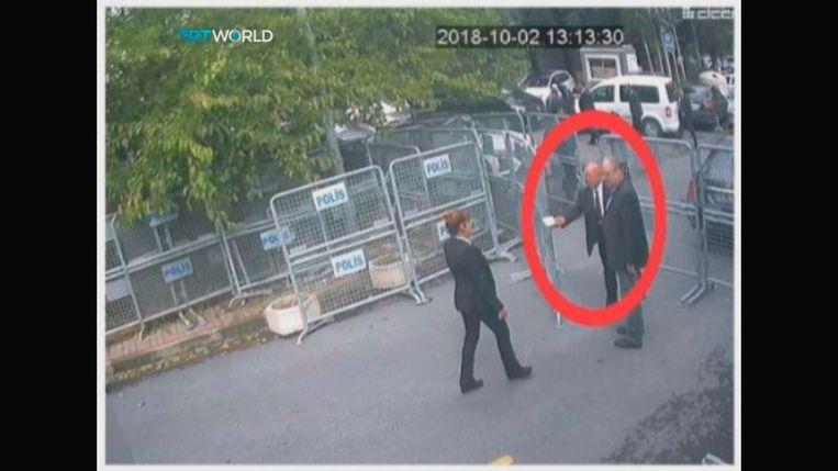 Het laatste beeld van Jamal Khashoggi, toen hij het consulaat binnenstapte.