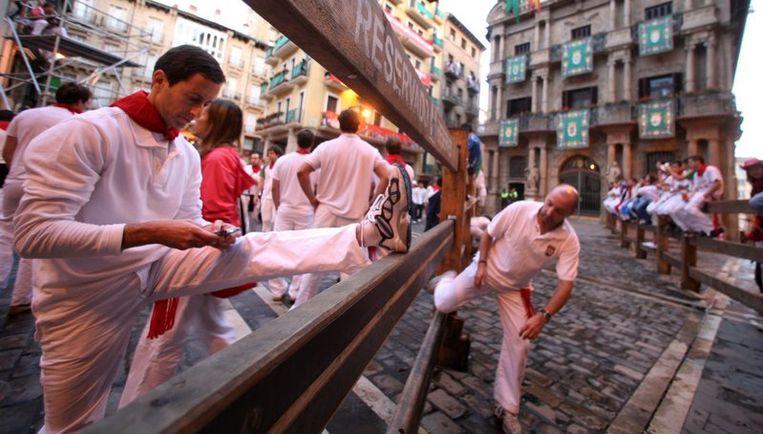 Volgens de correspondente van de Franse krant Le Figaro waren na het dodelijk incident de deelnemers aan het festijn duidelijk voorzichtiger tijdens de encierro, de woeste tocht door de nauwe straten die nog geen drie minuten duurt. Foto EPA Beeld