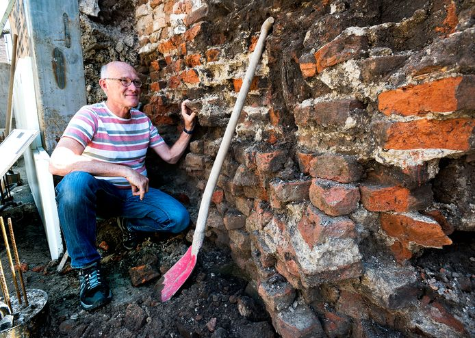 Peter Versloot bij het fundament van een middeleeuwse waltoren die werd ontdekt tijdens bouwwerkzaamheden aan de Achterdijk in Montfoort.