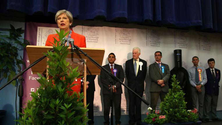 Theresa May geeft een toespraak in de nacht van donderdag op vrijdag, nadat ze haar kiesdistrict heeft gewonnen. Beeld afp