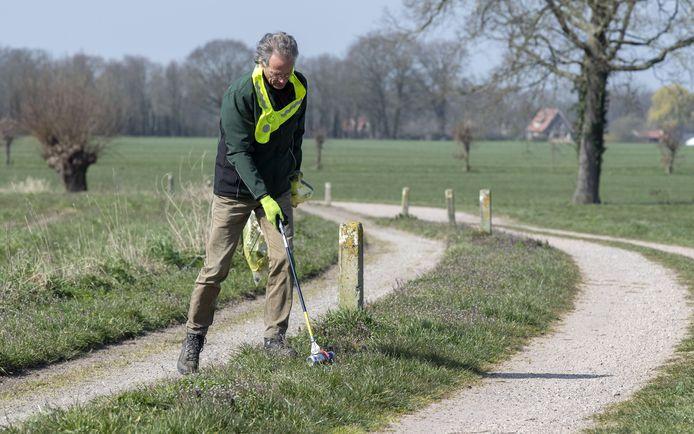 Jaap de Boer van  Helemaal Groen in actie tijdens een wandeling.