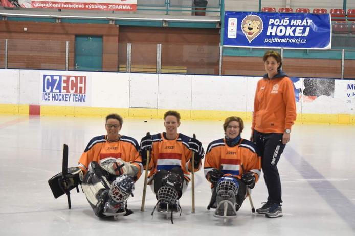 Het Nederlandse vrouwenteam para ijshockey met in het midden Tamara van Laarhoven uit Tilburg.