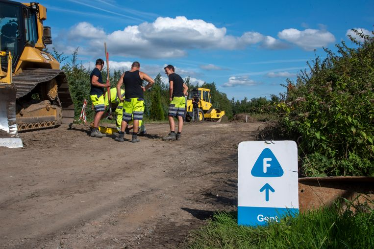 Langs de spoorweg tussen de Warandelaan in Wetteren en Ertbrug in Schellebelle wordt een nieuw fietspad aangelegd.
