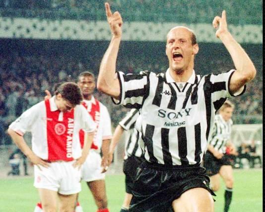 Ajax werd in 1997 met 4-1 opzijgezet door Juventus. Attilio Lombardo is blij met zijn treffer.