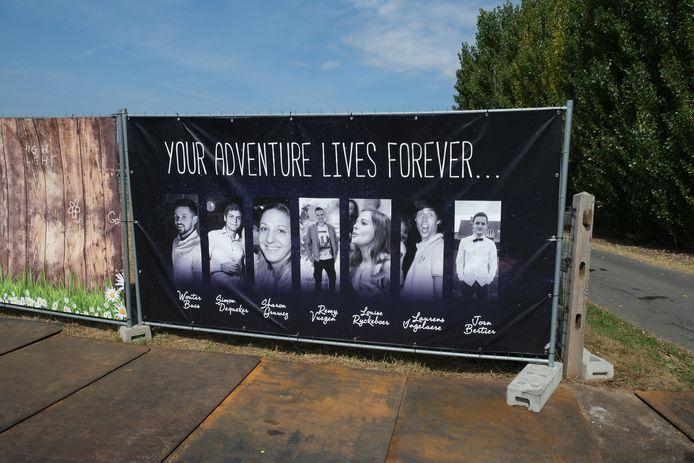 Het eerbetoon aan de zeven overleden jonge streekgenoten.