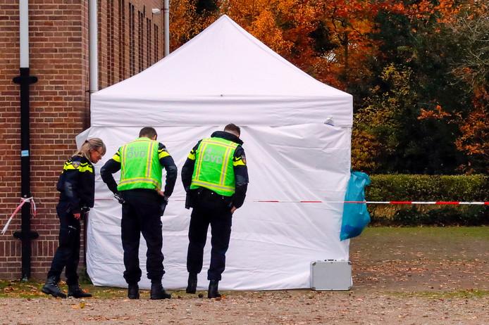 EINDHOVEN - Er is een dode man gevonden aan de Fuutlaan in Eindhoven. De politie houdt rekening met een misdrijf en is ter plaatse voor onderzoek. Het lichaam lag achter een pand van de Taskforce, dat onderzoek doet naar georganiseerde criminaliteit.