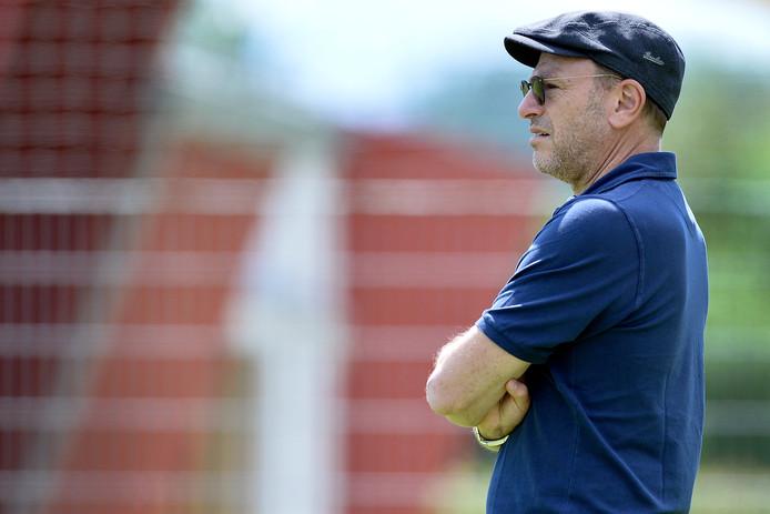 Valeri Oyf bekijkt de training van Vitesse. De eigenaar van de club is een paar dagen bij de selectie op bezoek geweest.