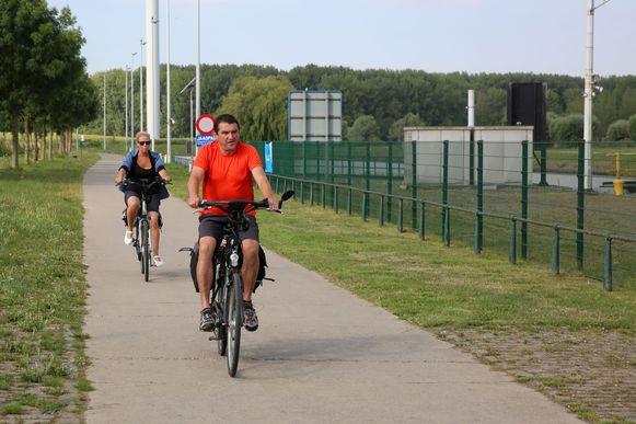 Het jaagpad langs het Kanaal Brussel-Charleroi van Halle tot Sint-Pieters-Leeuw wordt een volwaardige fietssnelweg.
