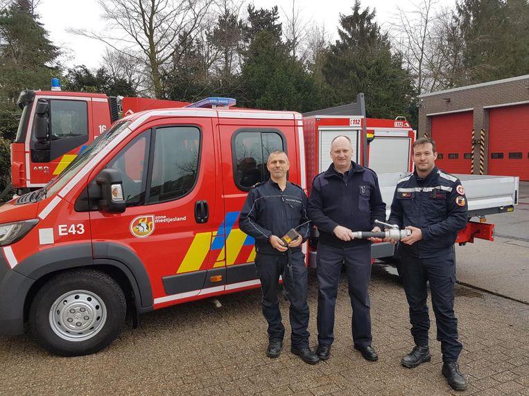 Yves Vermeulen (links) en Edward Savat, korporaal in de zone Meetjesland (rechts), kregen dankzij brandweerzonecommandant Patrick Wallaert heel wat materiaal voor hun missie.