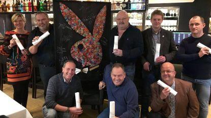 Michel Van den Brande krijgt zijn kunstwerk met Bunny-servet overhandigd