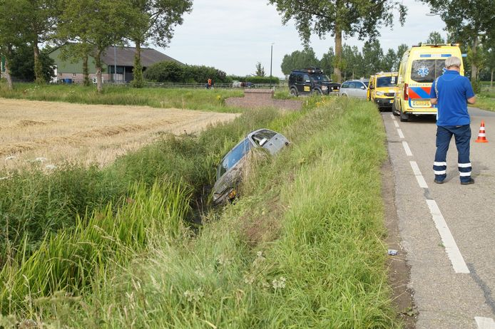 Automobilist belandt in sloot in Drongelen.