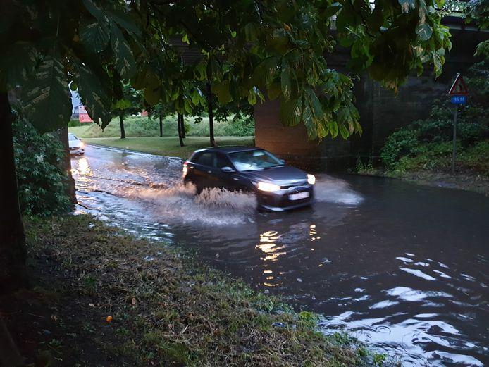 Aanvankelijk baanden auto's zich nog een weg door het water op de Herenthoutseweg in Herentals