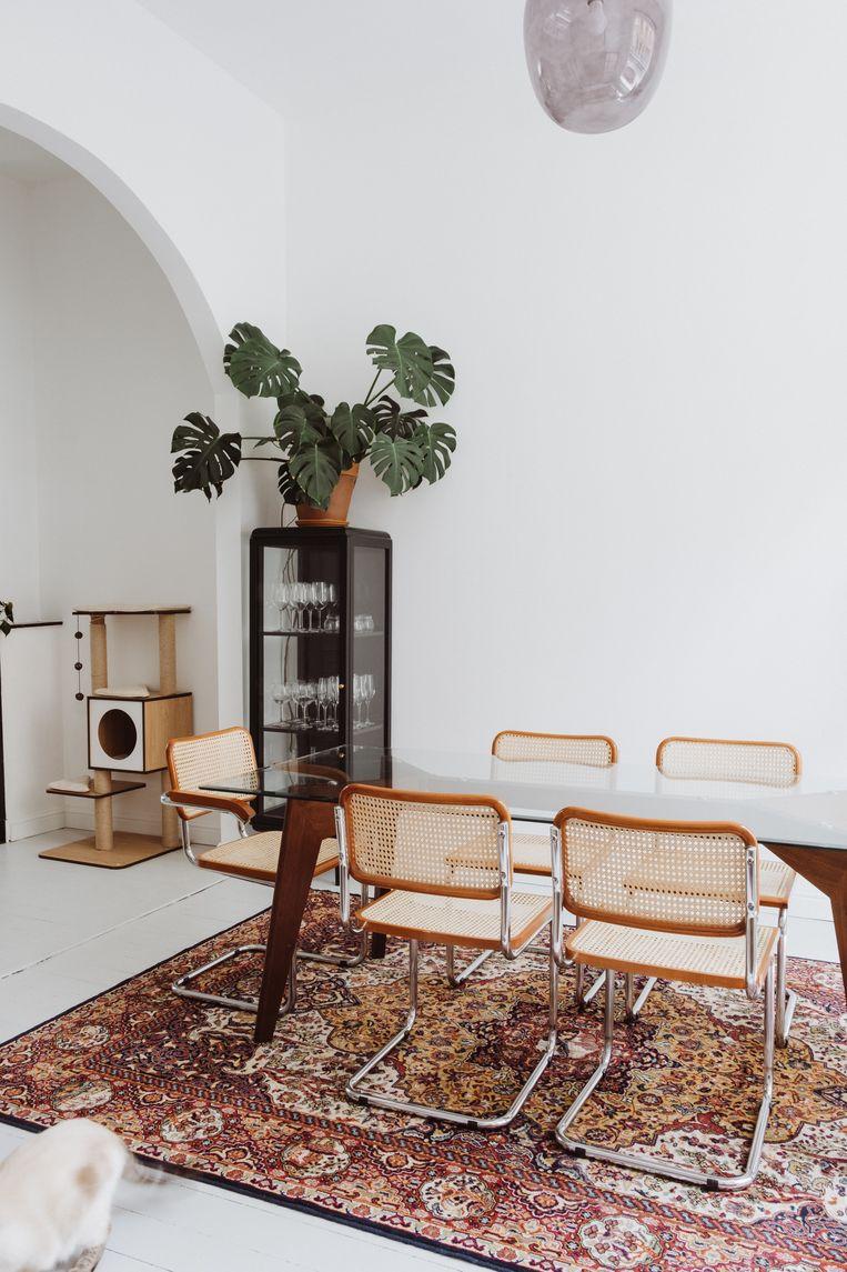 Als designklassier is deze Cesca van Marcel Breuer helemaal terug. Hij past in zowat elke interieurstijl en  combineert erg mooi met het Perzische tapijt.