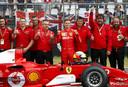 Mick Schumacher met de Ferrari waar zijn vader Michael in 2004 wereldkampioen mee werd