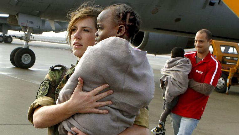 Na de aardbeving op Haïti in 2010 werden met een defensievliegtuig onder anderen ook zes Haïtiaanse adoptiekinderen naar Nederland gehaald. Beeld ANP