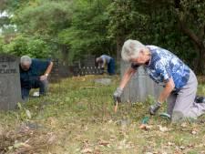 Vrijwilligers poetsen graven op verwaarloosde Apeldoornse begraafplaats