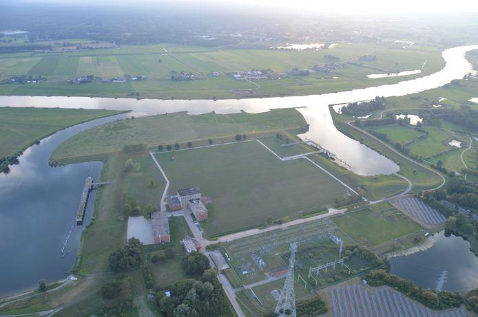 De locatie waar de IJsselcentrale stond. Tussen de dijk en de twee havens moet een woonwijk komen.