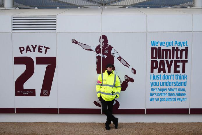Een steward bewaakt de afbeelding van Payet op het trainingscomplex van West Ham. Fans hebben opgeroepen de afbeelding te beschadigen.