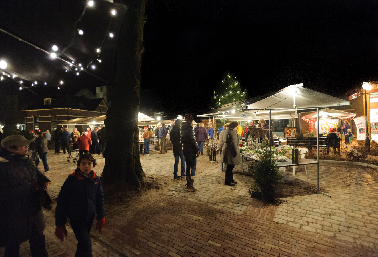 De kerstmarkt Oene op het dorpsplein.