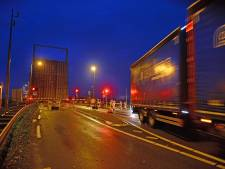 Onduidelijk wat er mis is bij de brug over N59 bij Bruinisse - voorlopig blijft hij omhoog staan