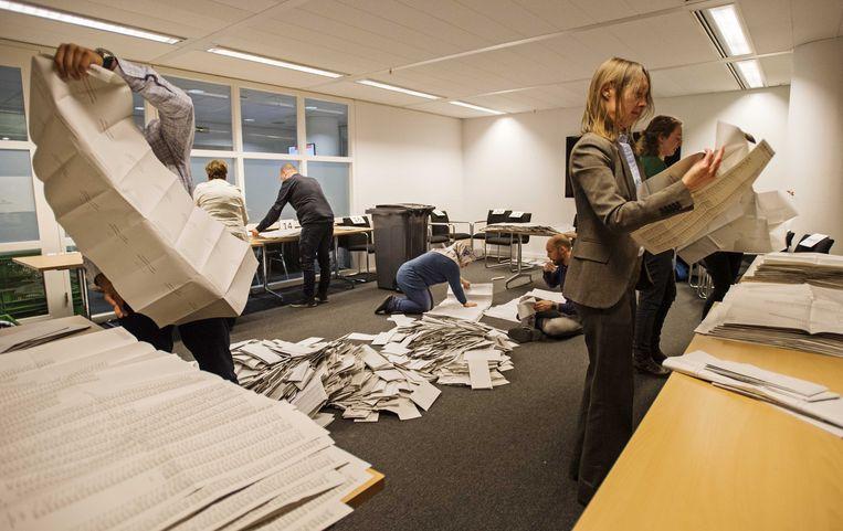 Stemmen tellen in het stadhuis van Den Haag.