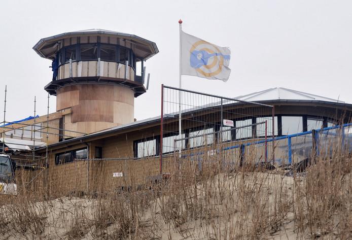 De strandwachttoren van Vlissingen , midden tussen Badstrand en Nollestrand bij paviljoen Panta Rhei. De strandbrigade kon al eens een zomer lang geen gebruik maken van hun toren omdat de gemeente Vlissingen subsidie misliep en afspraken niet na kwam over de overname van de toren.