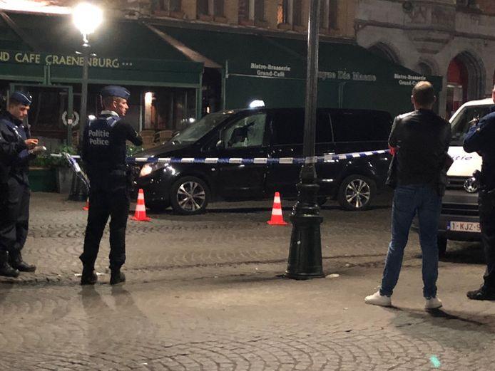De beschoten taxi hield uiteindelijk halt op de Markt van Brugge.