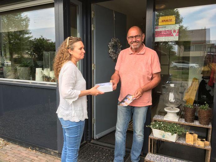 Stef Bouwman neemt pakketjes aan van de buren tegen een kleine vergoeding .