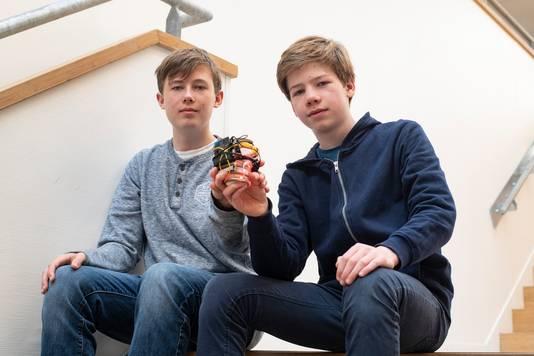 Stijn Janse (links) en Amiel Engel (rechts) met de Plonkes, een kopje dat zelf aangeeft of koffie of thee op temperatuur is.