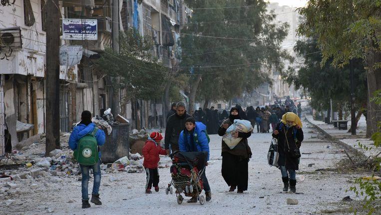 Mensen proberen uit Aleppo weg te vluchten.