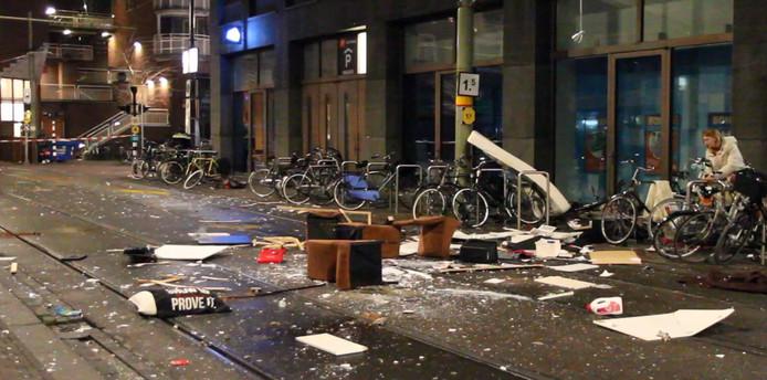 De man gooide eerder dit jaar zijn volledige huisraad op straat vanuit zijn bovenwoning aan het Lage Zand in Den Haag.