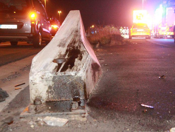 De betonnen vangrail die werd gebruikt als schans