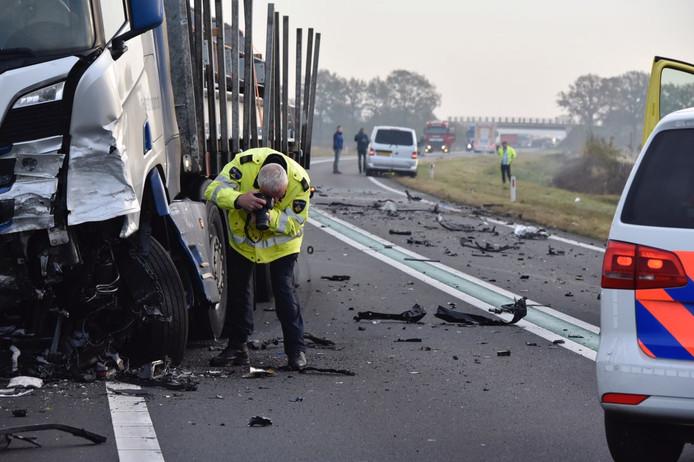 De politie zoekt aanwijzingen om duidelijkheid te krijgen over de oorzaak van de dodelijke aanrijding op de N36 in Ommen.