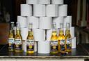 Op het hoogtepunt van de crisis verkocht een café in Berlijn flesjes Corona tegen een bijzondere achtergrond.