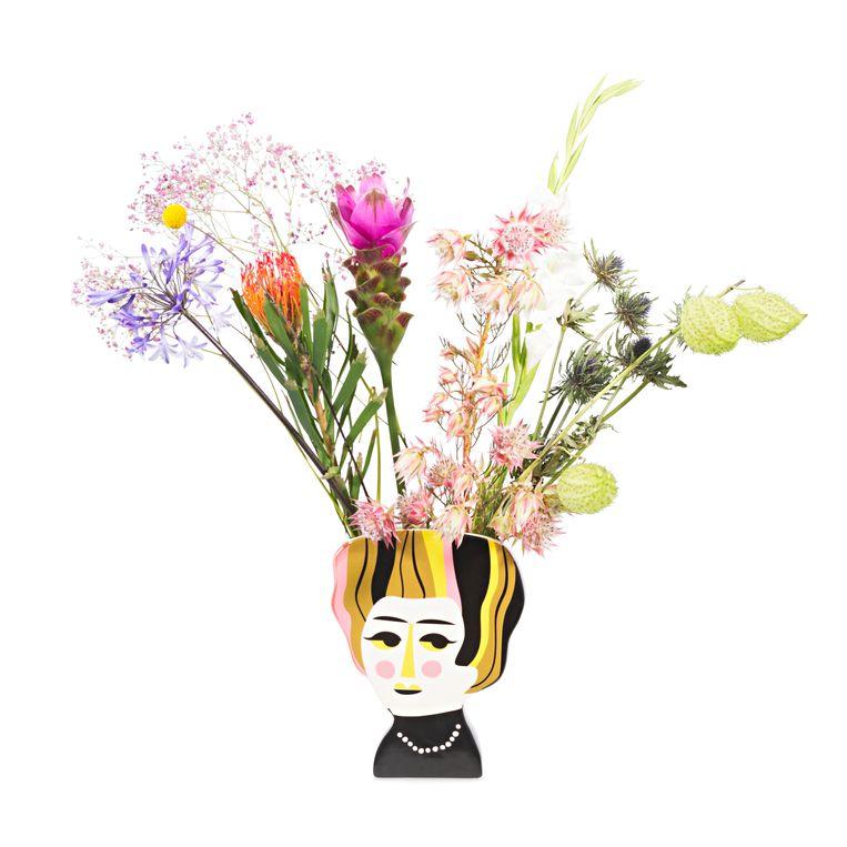 Illustrator Ingela P. Arrhenius bedacht verschillende personages waaronder de 'Mrs. Hoffman'-vaas voor Kitsch Kitchen. 23 cm hoog, € 29,50. Beeld whatsinabag.nl