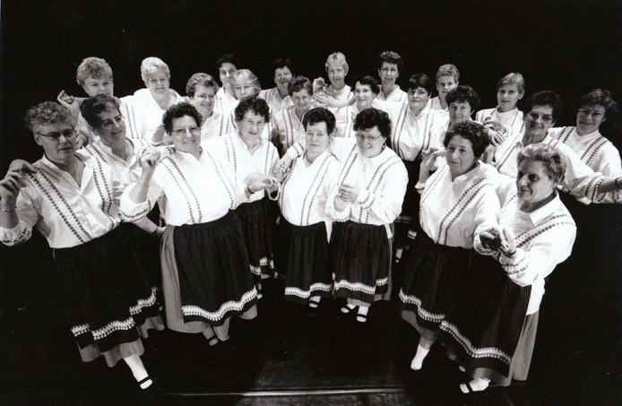 Leden van de Reuselse dansgroep Shanah bij de viering van hun 100ste bestaansjaar (1995).
