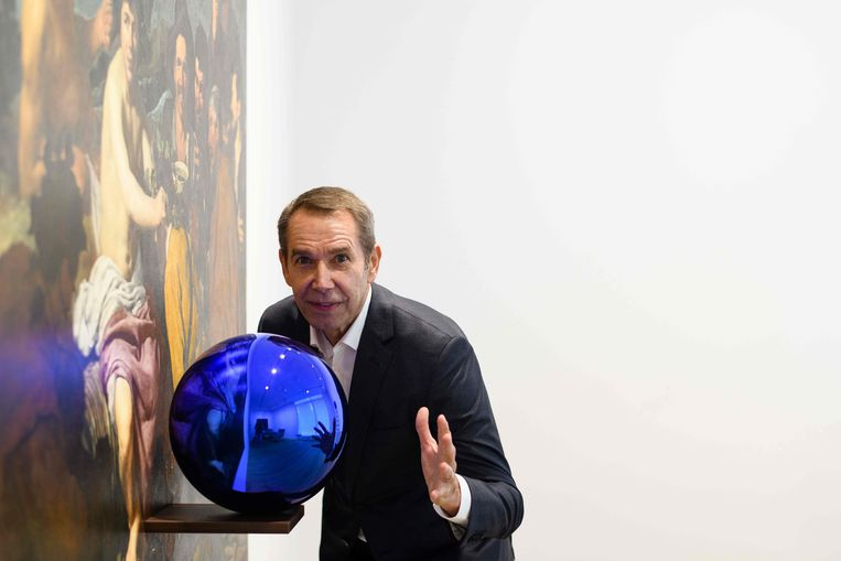 Jeff Koons met zijn 'Gazing Ball', vorig jaar maart. Beeld AFP