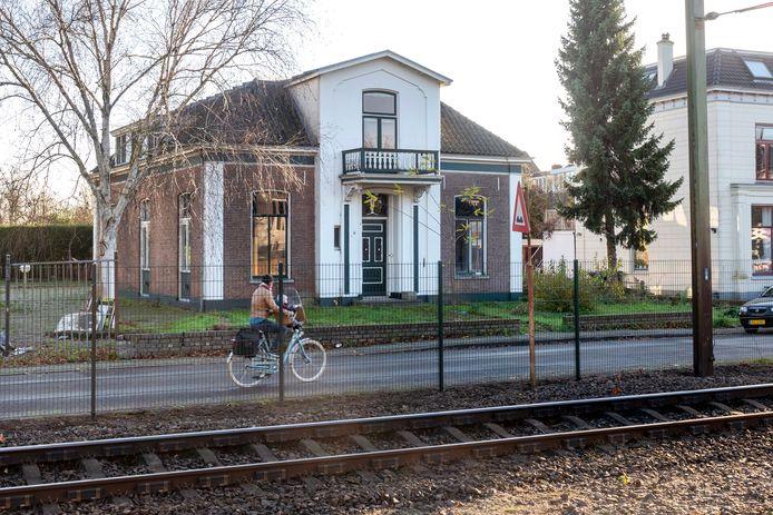 Het oude villaatje ligt aan het spoor en is, samen met de villa's ernaast, het eerste wat je van Velp ziet als je uit de trein bent gestapt.