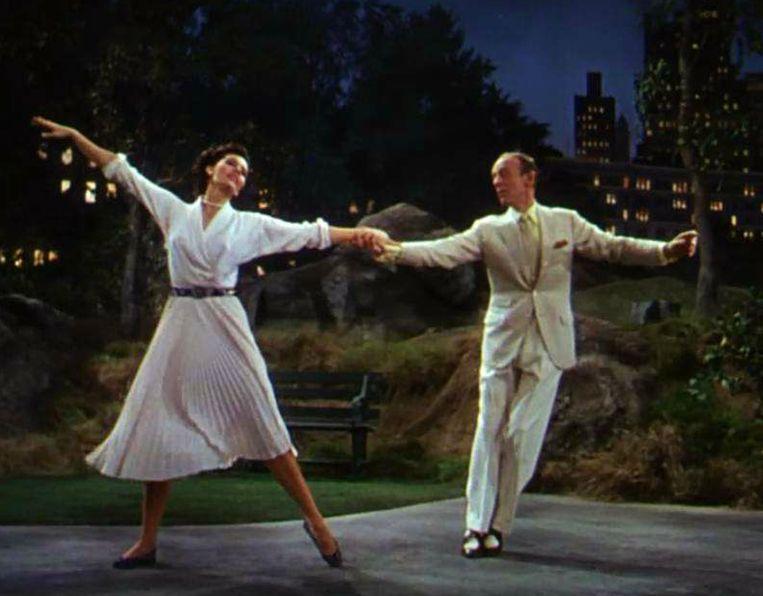 Cyd Charisse en Fred Astaire in nachtelijk Central Park. Beeld Trouw
