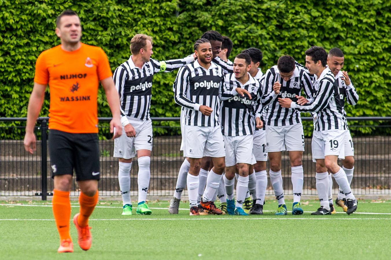 Spelers van Achilles'29 vieren een goal tegen HHC.
