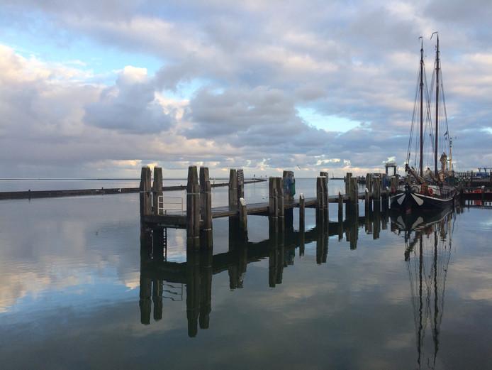 De Waddeneilanden zijn ongekend populair in dee zomer. Vooral door de rust, die je bijvoorbeeld in de haven van West-Terschelling vindt.