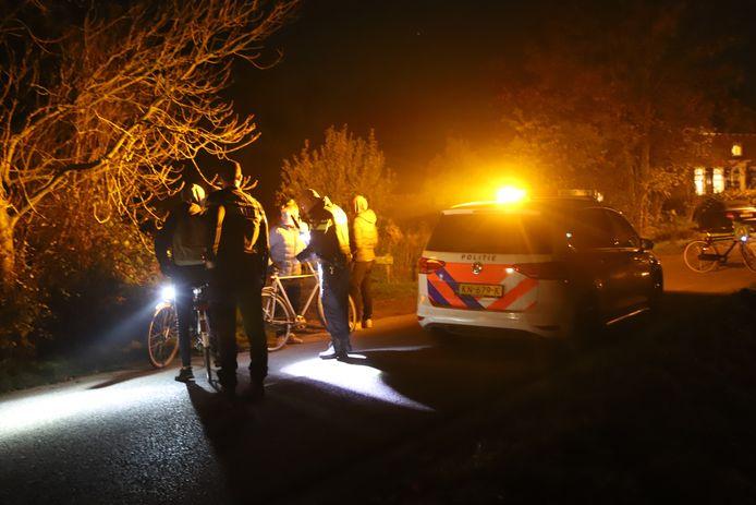 Politie op de Boveneindsestraat in Kesteren kort na de aanrijding van twee wandelaars door een auto.