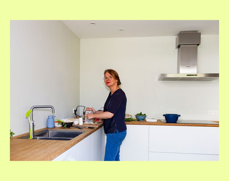 Katja Gruijters in haar keuken Beeld Renate Beense
