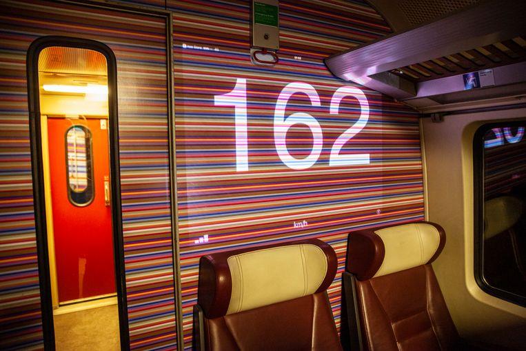 In de trein werd een rondje bruine jenever gegeven toen de snelheidsmeter na Zwolle even de 167 kilometer per uur aantikte. Beeld null