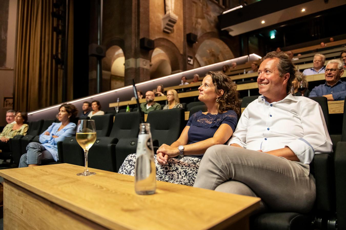 In de grote zaal van Het Speelhuis staan tafeltjes over de onbruikbare stoelen.