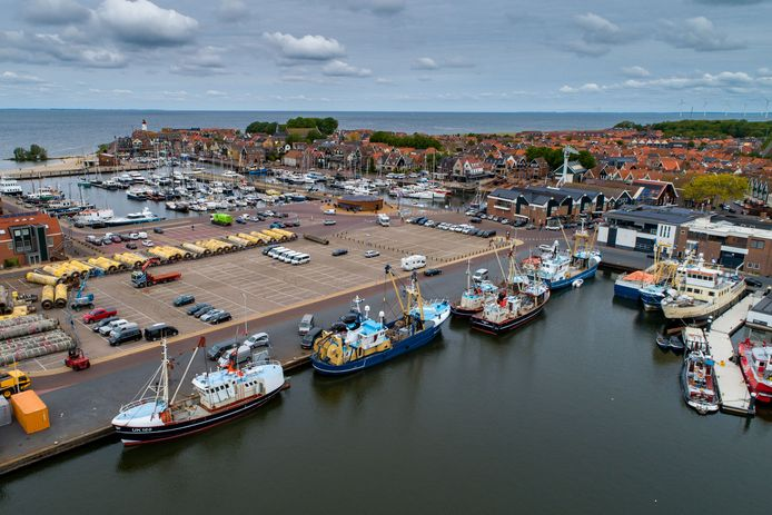 Foto ter illustratie. Kotters in de haven van Urk